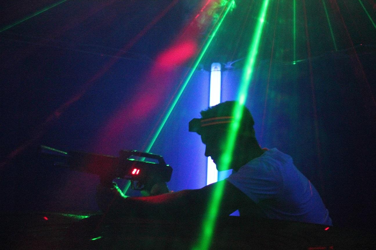Junge beim Lasertag spielen